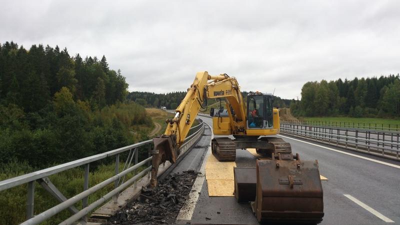 Rivning asfaltbeläggning E6 bro.     Tegen sept 2012